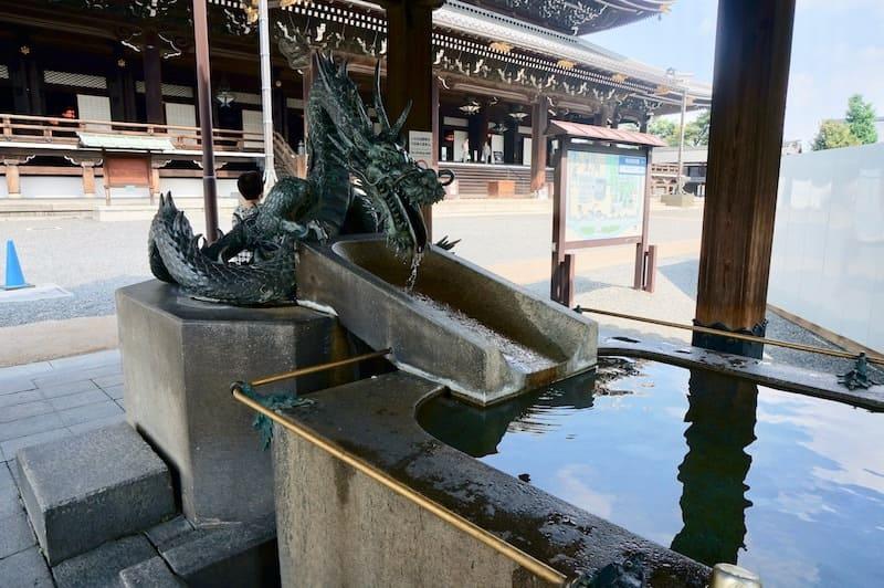 Fuente de manos con forma de dragón