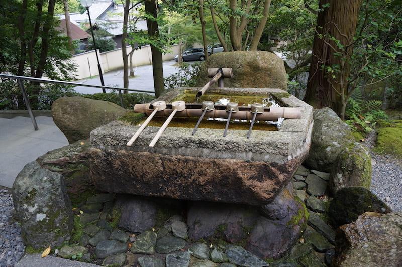 Fuente para lavar las manos al entrar en un santuario