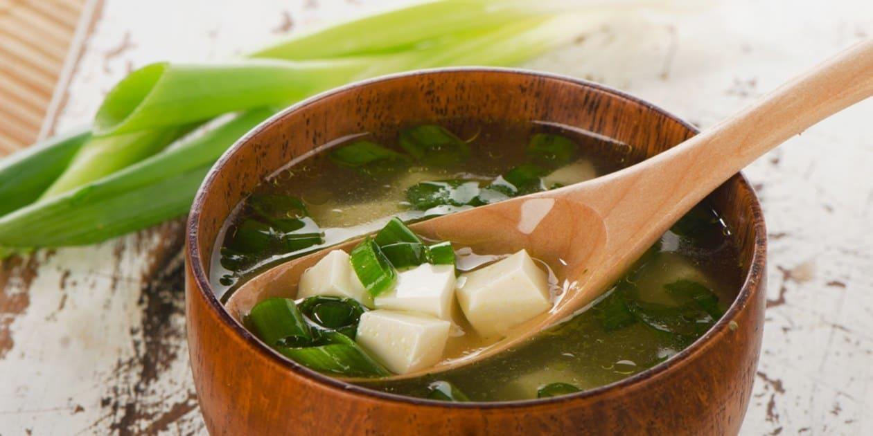 Sopa miso, uno de los 13 platos típicos de Japón