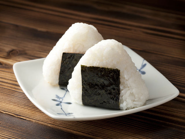Onigiri, uno de los 13 platos típicos de Japón