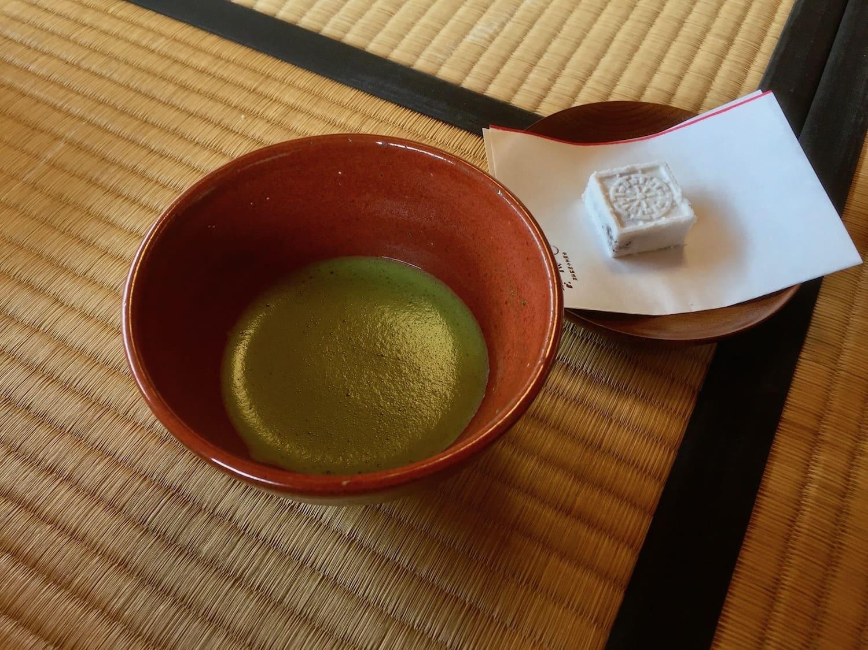 Té verde y dulce japonés, uno de los 13 platos típicos de Japón