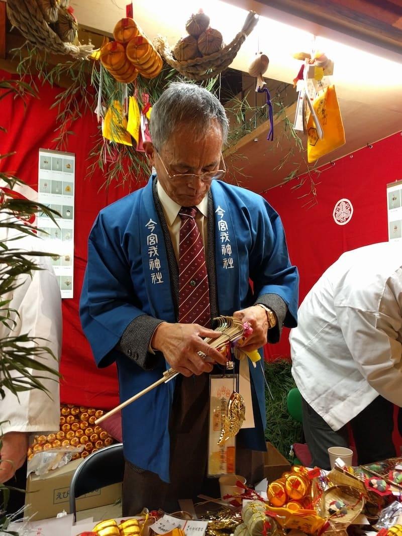 Hombre trabajando en el festival de la mayoría de edad