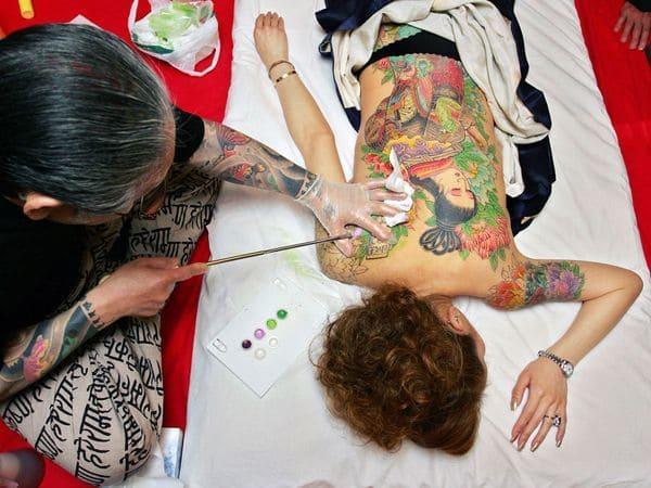 Tatuaje japones: Tatuaje japonés en la espalda de una geisha