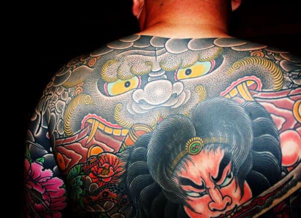 Tatuaje japones: Tatuaje japonés en la espalda de un demonio y un samurai